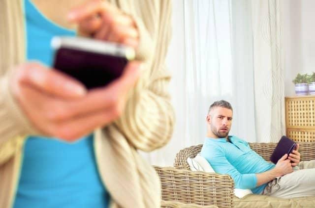 espiar el móvil de la pareja dos años y medio de cárcel