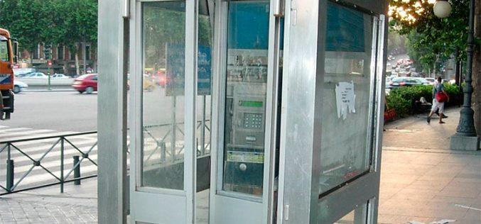 Las cabinas telefónicas, una especie en peligro de extinción