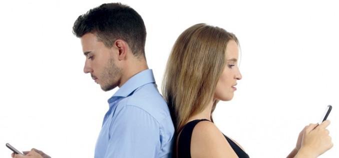 ¿Son más adictas al móvil las mujeres que los hombres?