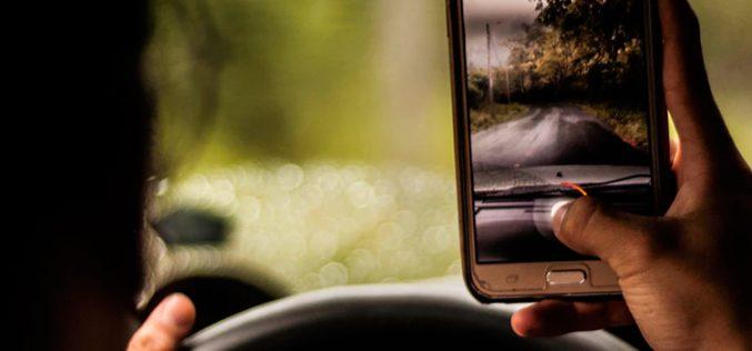 La DGT planea endurecer las sanciones por usar el móvil en el coche